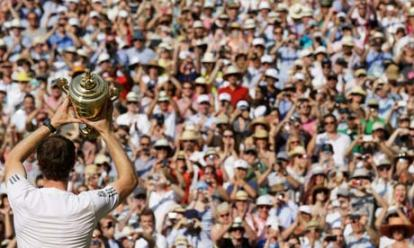 Andy Murray shows trophy to crowd