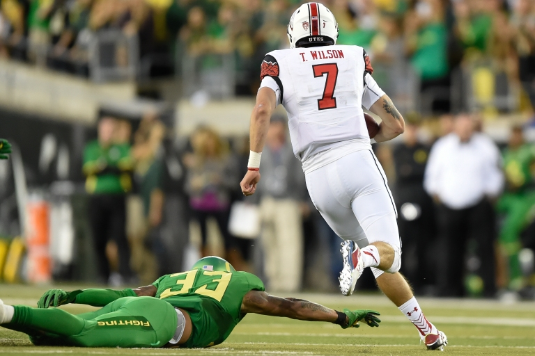 Oregon Ducks linebacker Tyson Coleman (33) reaches to try and tackle Utah Utes quarterback Travis Wilson (7). The No. 13 Oregon Ducks face No. 18 Utah in Eugene, Oregon on September 26, 2015.